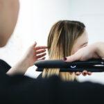Jak dobrze i szybko wyprostować włosy prostownicą?
