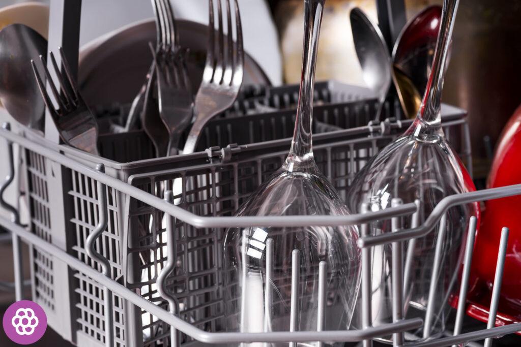 Czy posrebrzane sztućce można myć w zmywarce?