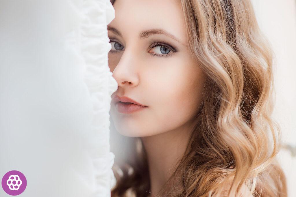 Delikatny makijaż dla blondynek o niebieskich oczach