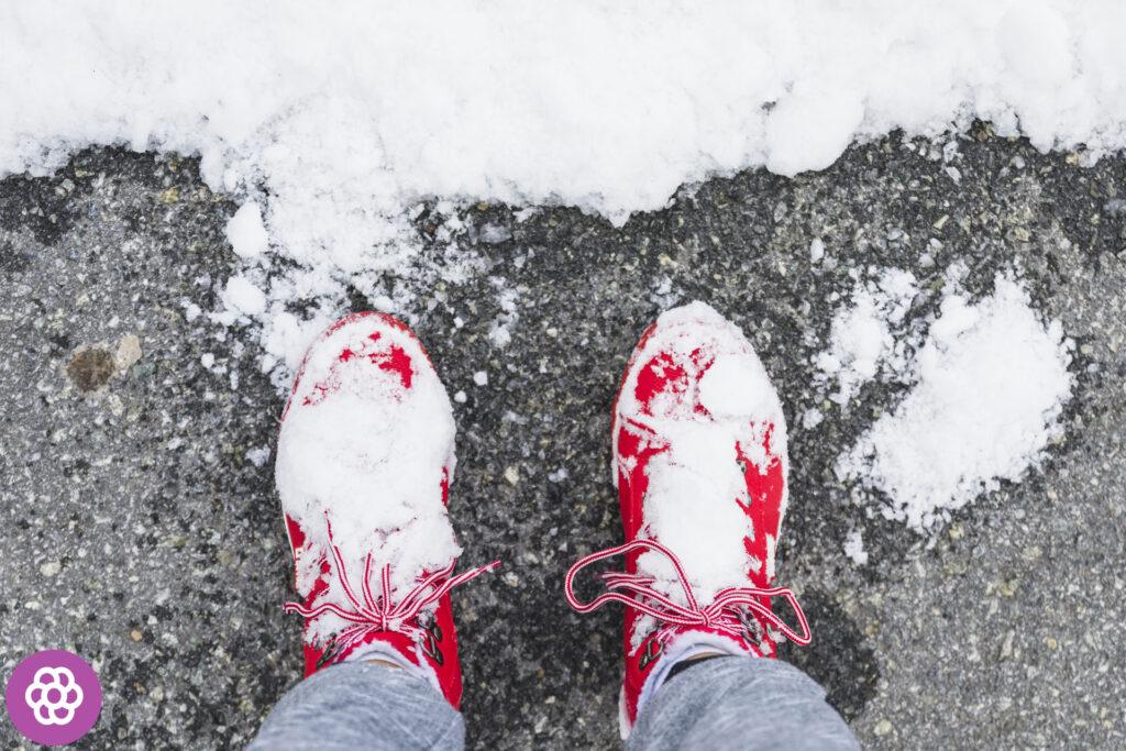 Jak usunąć plamy po soli na butach?