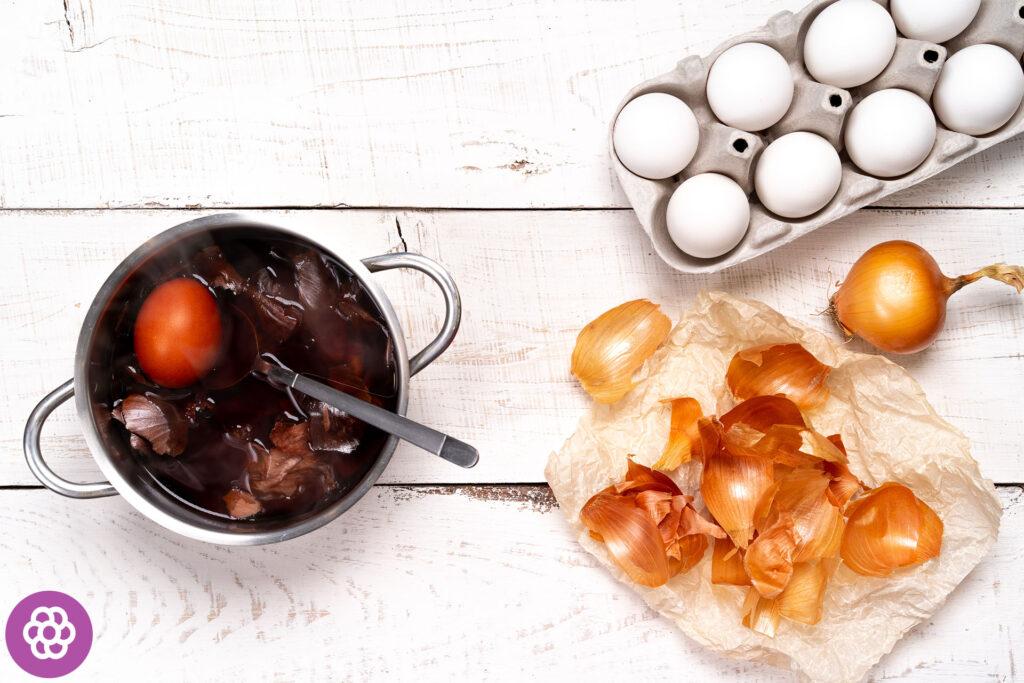 barwienie jajek cebulą