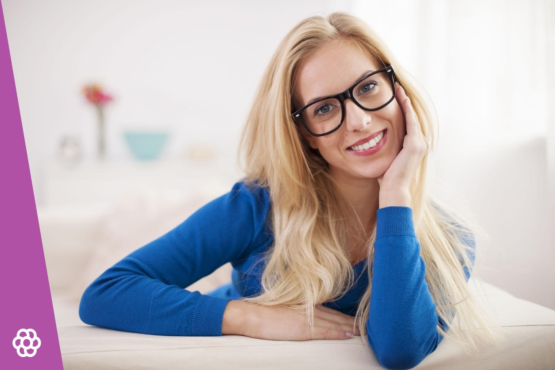 Jakie oprawki okularów pasują do blondynek?