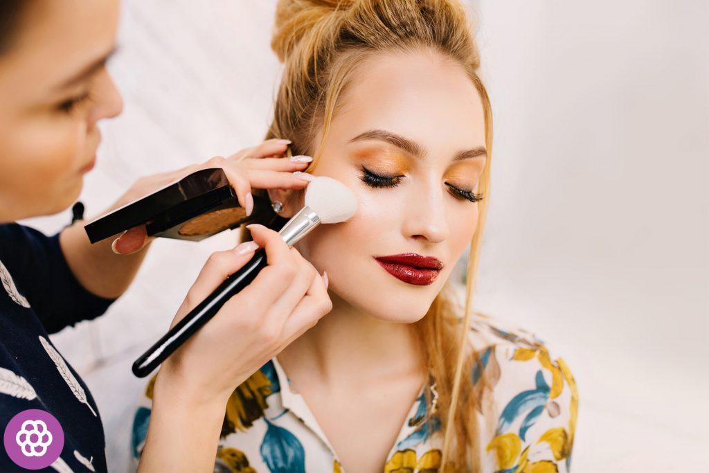 makijaż wieczorowy dla blondynek o brązowych oczach