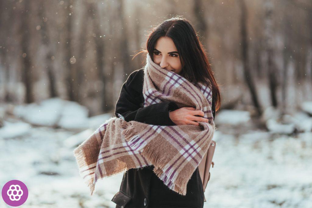 jak wiązać szal na ramionach